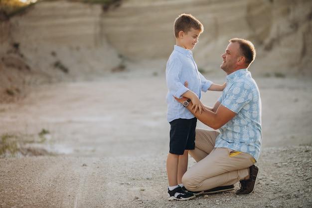 Vater mit sohn im sandsteinbruch