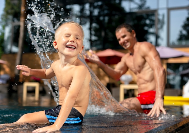 Vater mit sohn im schwimmbad