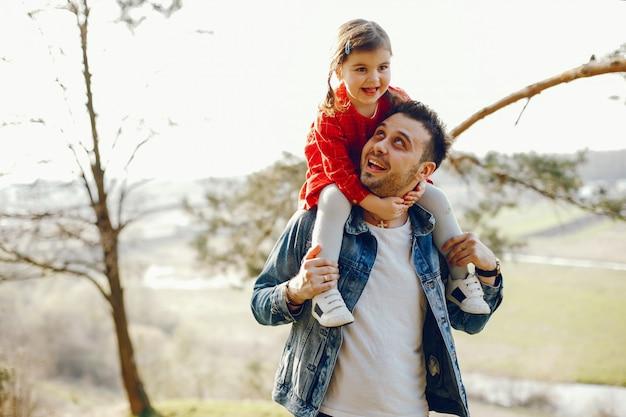 Vater mit tochter in einem wald