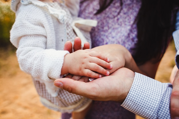 Vater mutter und baby hand in hand familie.