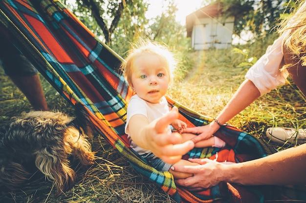 Vater, mutter und kleine tochter haben spaß im freien und spielen zusammen im sommerpark