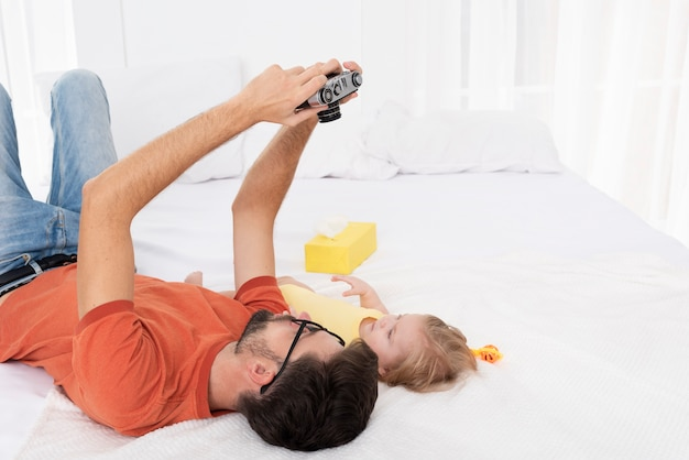 Vater nimmt selfie von ihm und baby