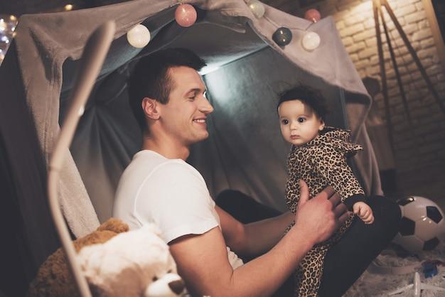 Vater spielt mit kleiner babytochter nachts zu hause
