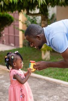 Vater spielt mit seinem kleinen mädchen