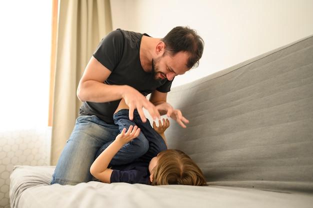 Vater spielt mit sohn auf der couch