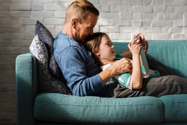 Vater-tochter verbringen zeit-feiertags-zusammengehörigkeit