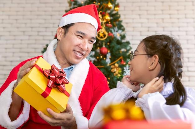 Vater überraschte und schickte der tochter eine geschenkbox zur weihnachtszeit.