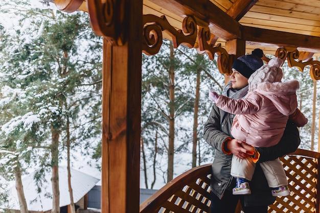 Vater und baby gehen und genießen das territorium und die landschaften
