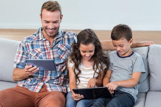 Vater und geschwister, die digitale tablette verwenden