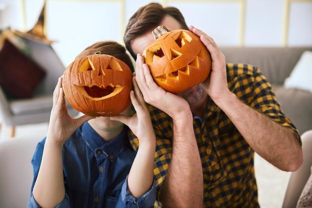 Vater und junge mit gruseligem halloween-kürbis