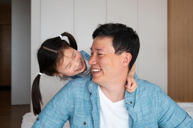 Vater und kind mit mittlerem schuss