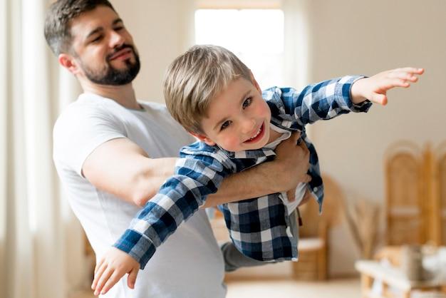 Vater und kind spielen flugzeugspiel