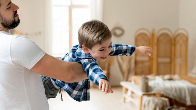 Vater und kind spielen im wohnzimmer