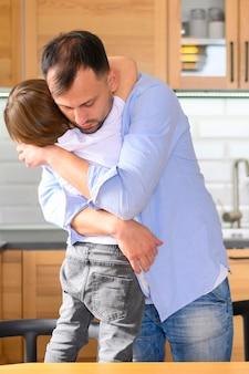 Vater und kind umarmen sich und sind glücklich