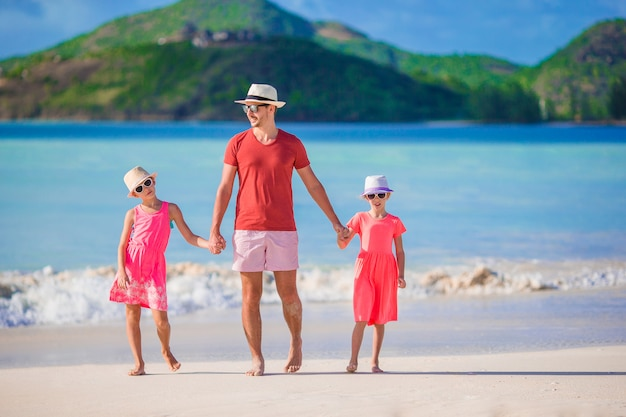 Vater und kinder, die strandsommerferien genießen