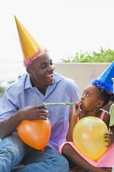 Vater und kinder, die zusammen einen geburtstag feiern