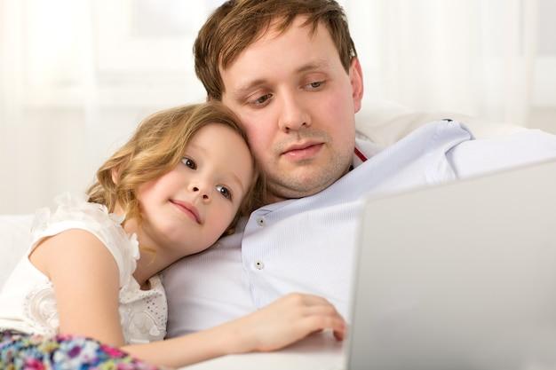 Vater und kleine tochter mit laptop