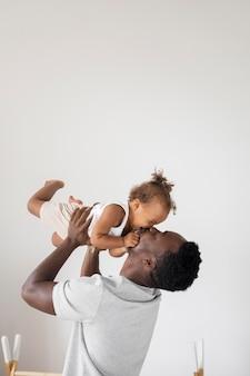 Vater und kleine tochter verbringen zeit zusammen