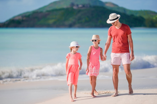 Vater und kleinkinder, die tropische ferien des strandsommers genießen