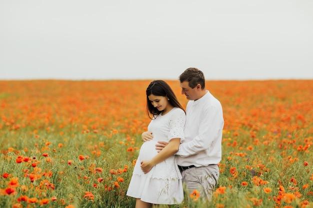 Vater und mutter halten und suchen bauch der schwangeren frau