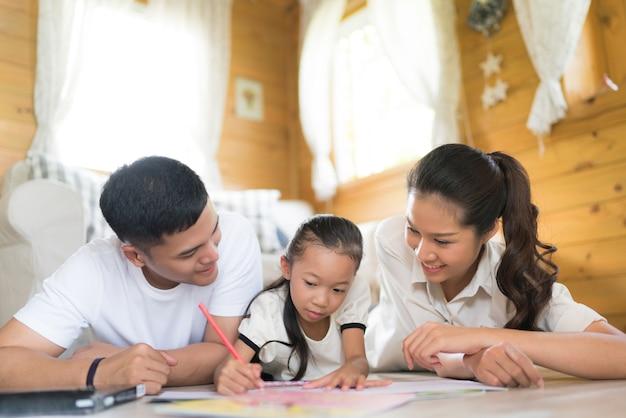 Vater und mutter kinder unterrichten, um ihre hausaufgaben zu hause zu tun