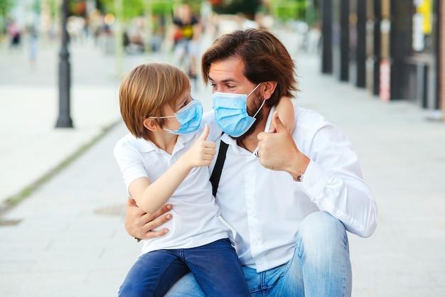 Vater und schüler tragen gesichtsmaske.