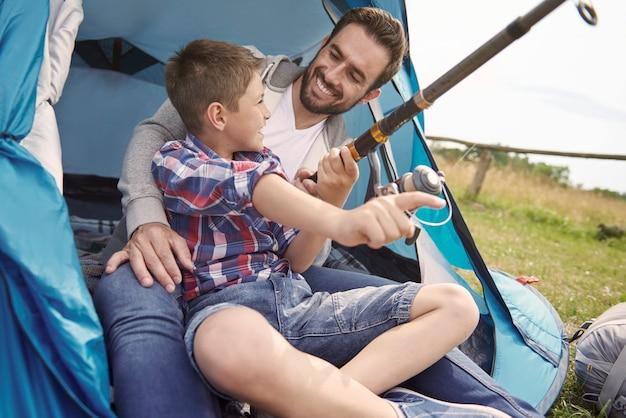 Vater und sein sohn fischen auf dem campingplatz
