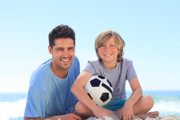 Vater und sein sohn mit einem ball