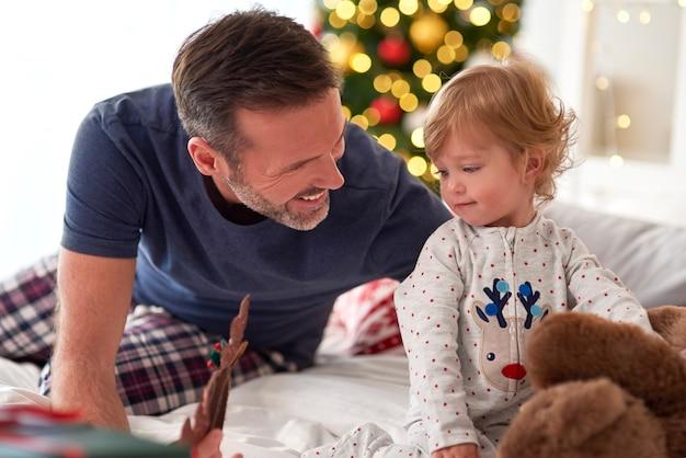 Vater und seine kleine tochter verbringen den weihnachtsmorgen zusammen