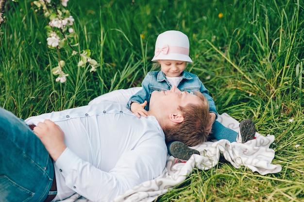Vater und seine kleine tochter verbringen eine schöne zeit zusammen