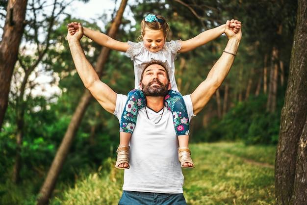 Vater und seine tochter haben spaß im freien