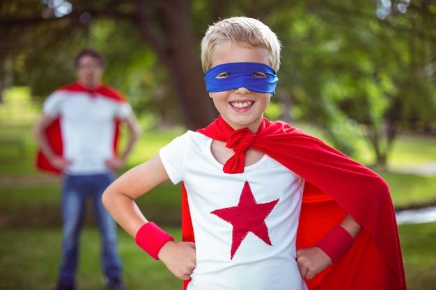 Vater und sohn als superheld verkleidet
