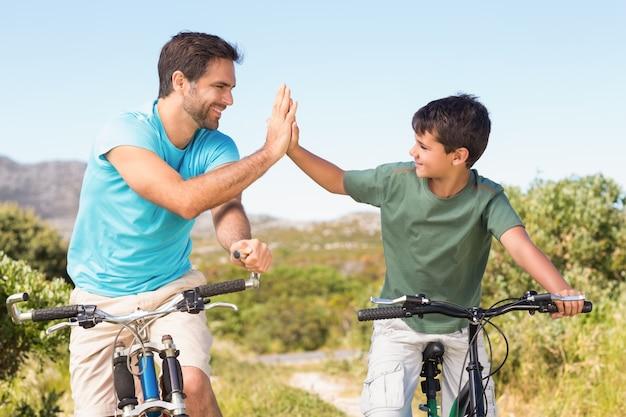 Vater und sohn auf einer fahrradfahrt