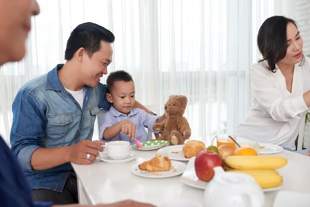 Vater und sohn beim frühstück mit der familie