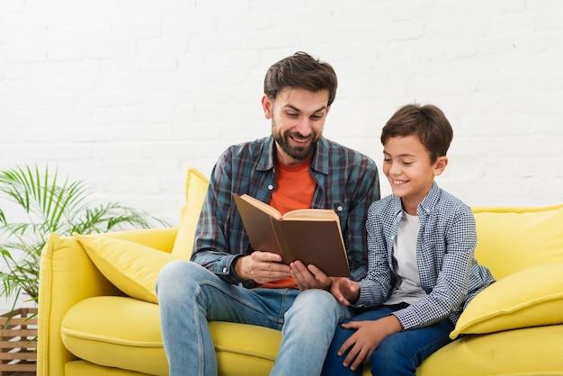 Vater und sohn, die ein buch lesen
