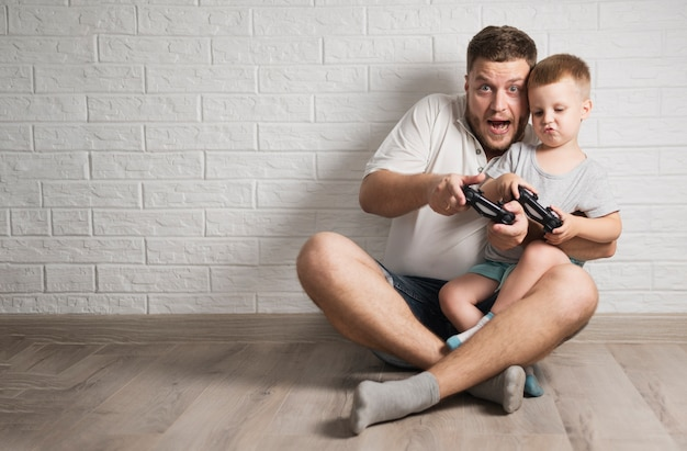 Vater und sohn, die mit ihren prüfern mit kopienraum spielen