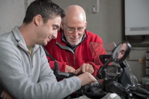 Vater und sohn, die motorrad reparieren