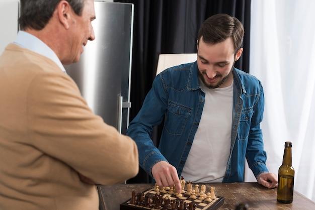 Vater und sohn, die schach spielen