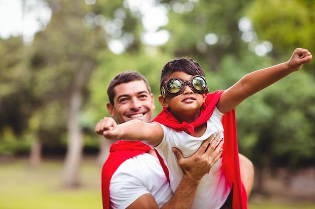 Vater und sohn, die vortäuschen, superheld zu sein
