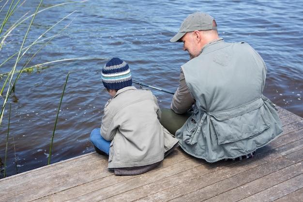 Vater und sohn, die zusammen fischen