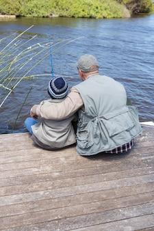 Vater und sohn fihsing an einem see