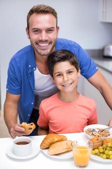 Vater und sohn frühstücken