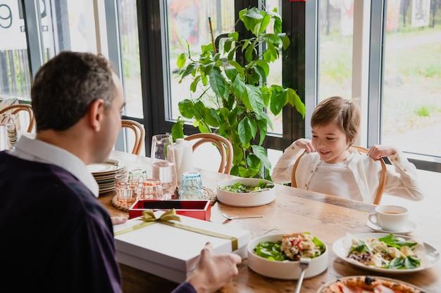 Vater und sohn genießen die gemeinsame zeit in einem café