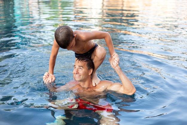Vater und sohn genießen gemeinsam einen tag im schwimmbad