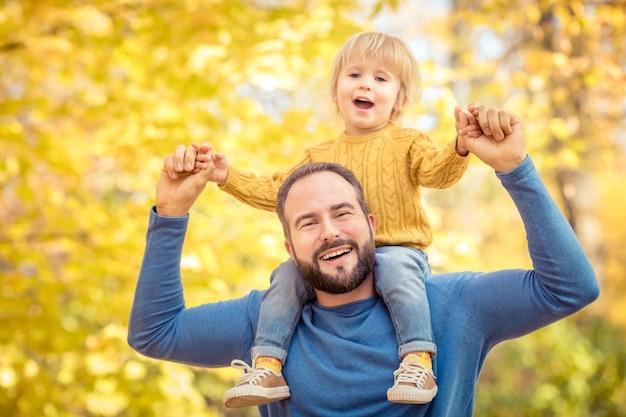 Vater und sohn haben spaß im freien im herbstpark
