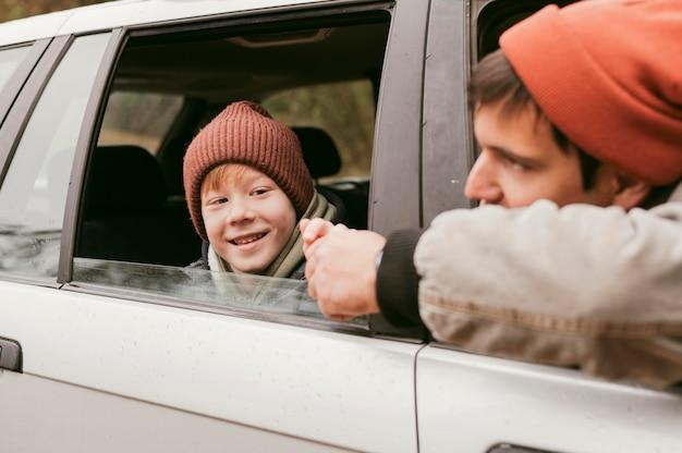 Vater und sohn im auto auf einem roadtrip