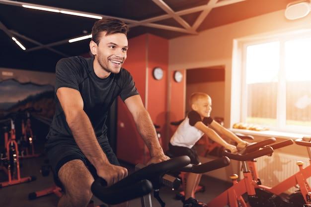 Vater und sohn im fitnessstudio.
