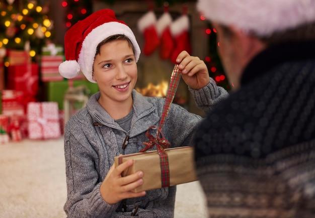 Vater und sohn in der umgebung der weihnachtsatmosphäre