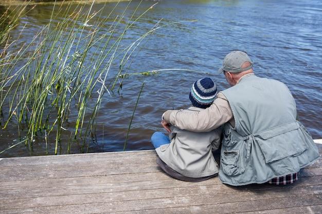 Vater und sohn in einem see