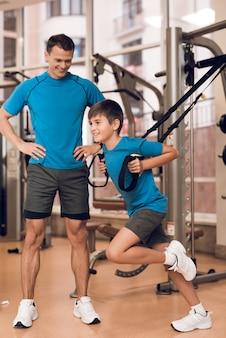 Vater und sohn kamen ins fitnessstudio, um in form zu sein